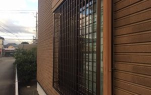 窓サッシへ後付け格子の設置