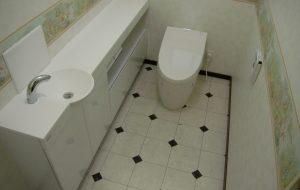 カウンター式手洗器のあるトイレ